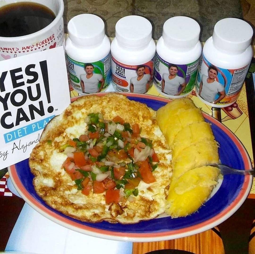 """""""Delicioso desayuno de nuestra @duniaevelyn siguiendo la guia del semáforo: tortilla de clara de huevos, pico de gallo, medio plátano, café sin crema y no…"""""""