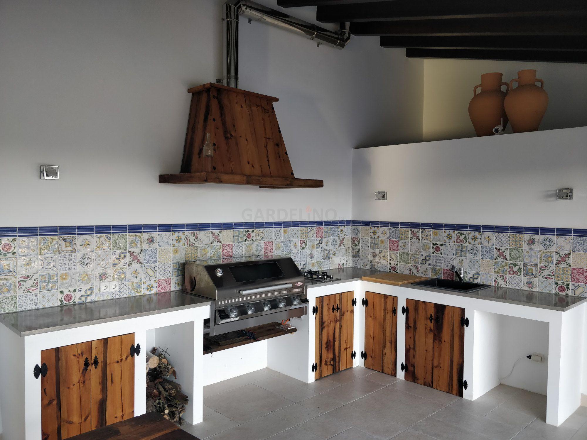 Rustikale Outdoor Küche im Landhausstil aus Holz und Beton ...