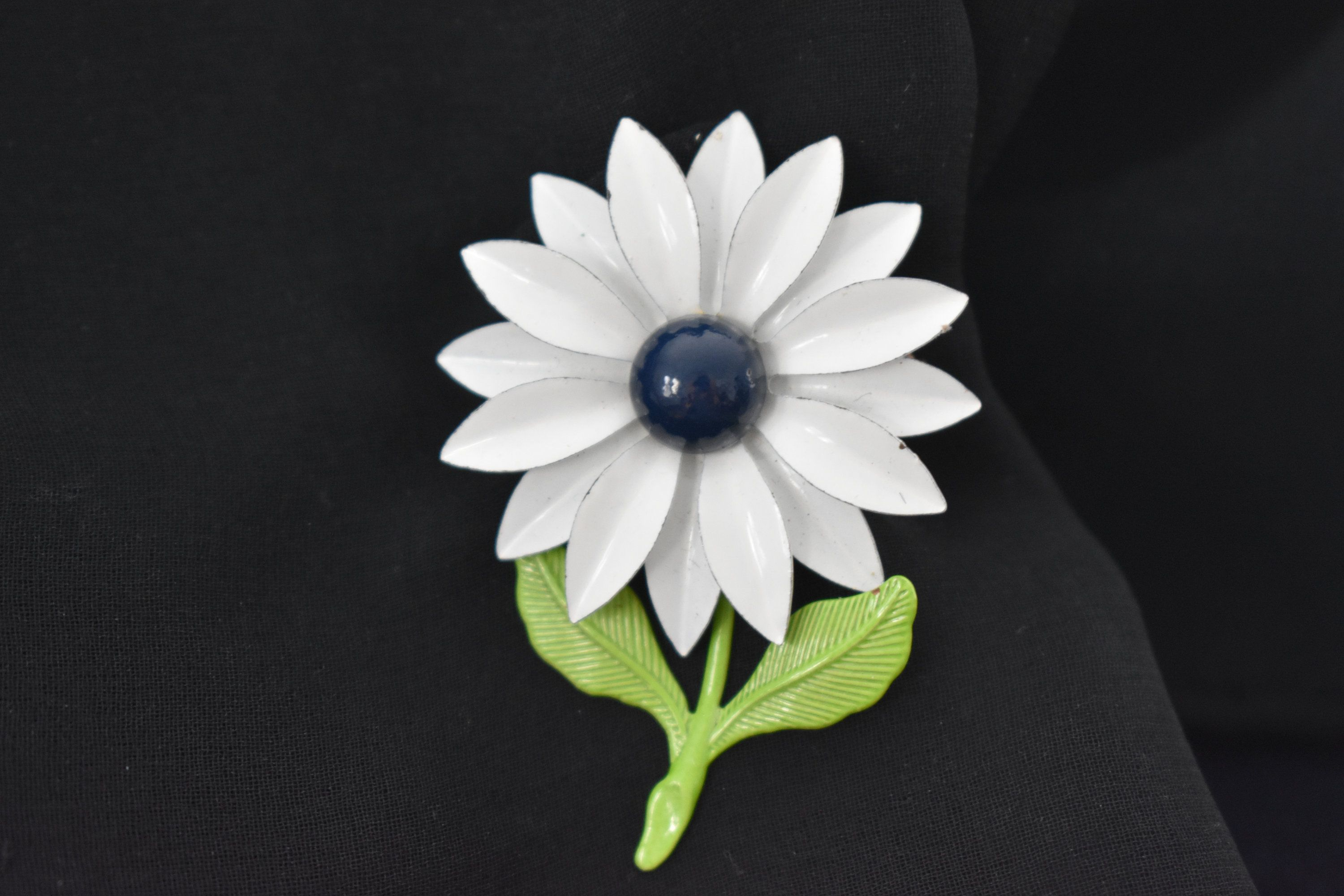 Brooch white enamel daisy with blue center and green leaves vintage brooch white enamel daisy with blue center and green leaves vintage izmirmasajfo