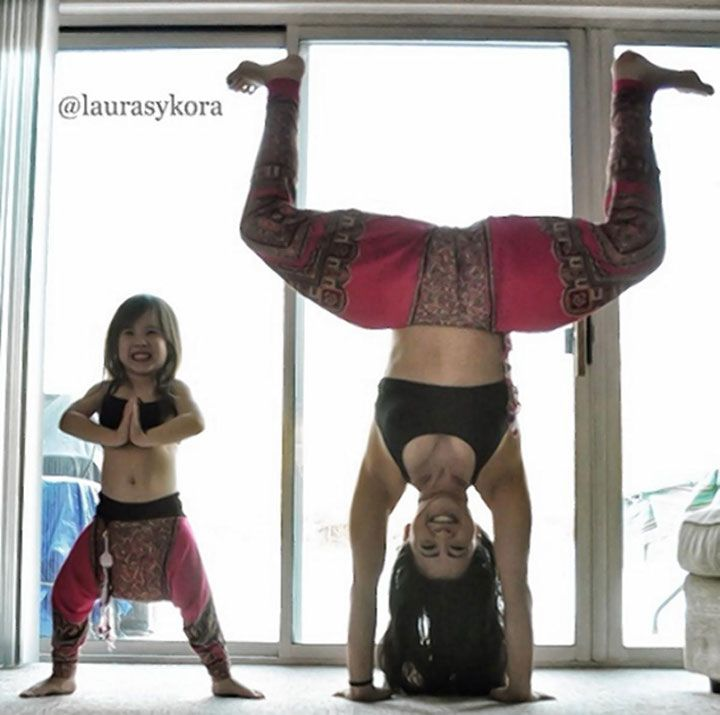 Découvrez l'adorable complicité entre une maman et sa petite fille pendant leur séance de yoga