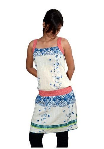"""Estela HC12D48  Kleid """"Estela"""" aus der Holy Cow Serie.  Produktbeschreibung  Bedrucktes Sommerkleid """"Estela"""" aus der Holy Cow Serie aus feinem, leichtem Baumwollstoff. Mit Blumendruck und vielen verspielten Details.    Material: 100% Baumwolle."""