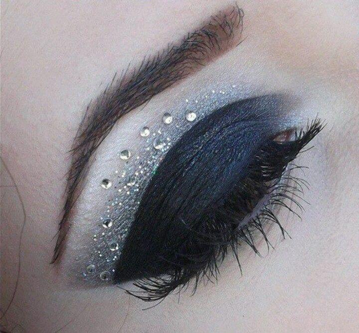 maquillaje ojos negros con brillos y cristales