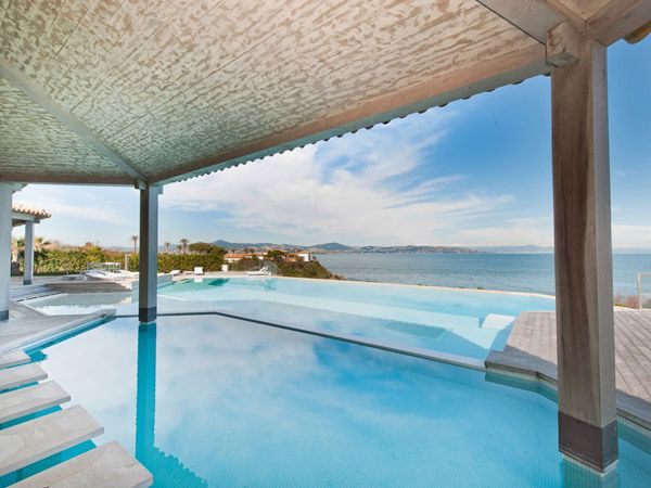 Stunning sea-front villa with magnificent views