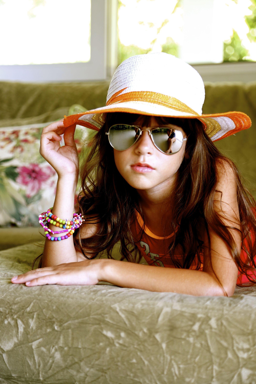 Acessorios como chapéus e oculos espelhados um dos Hits do Verão. Cores vibrantes como laranja verde limão vão encantar a estação.