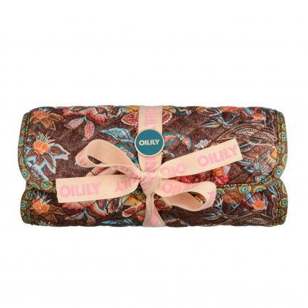 Een make up tasje om je cosmetica items in te bewaren.Het tasje kan opgerold worden en het sluit met een touwtje.Binnenin: 1 verwijderbaar PVC transparant toilettasje welke sluit met een rits, 2 vakjes met rits.