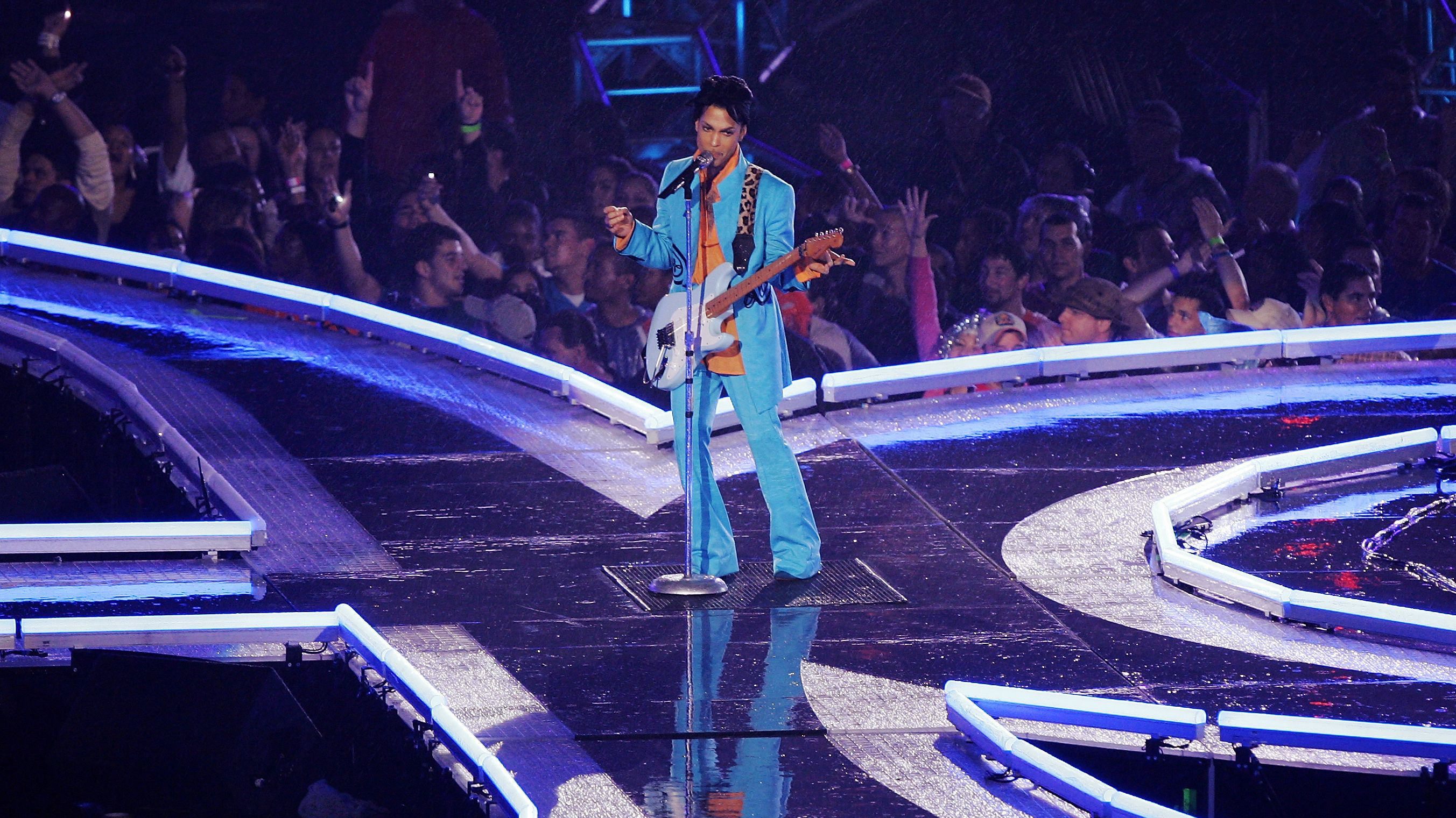 In What Has Been Universally Regarded As One Of The Greatest Super Bowl Halftime Shows Of All Time Prince Took The Stage In 2021 Dolphins Stadium Prince Famous People