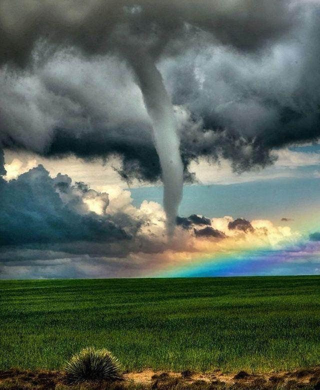 巨大竜巻と虹のコントラストが綺麗な画像
