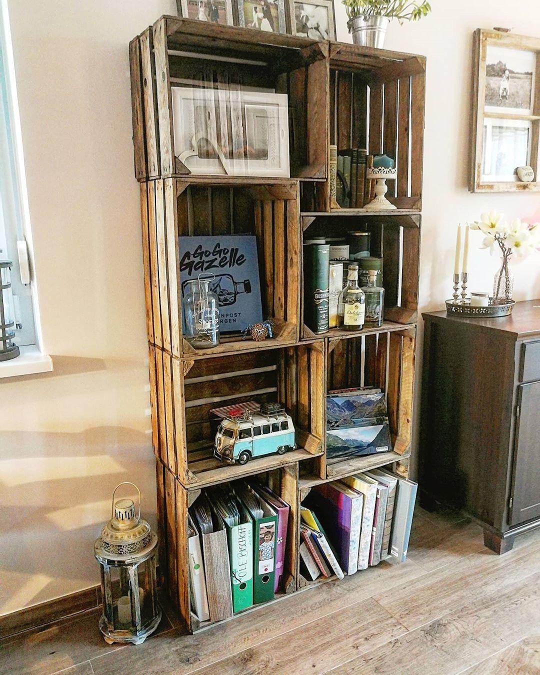 Altes Projekt Neue Ordnung Dieses Regal Aus Weinkisten War Eines Meiner Ersten Projekte Jetzt Musste Ich Mal Umraumen Und De In 2020 Decor Home Decor Corner Bookcase