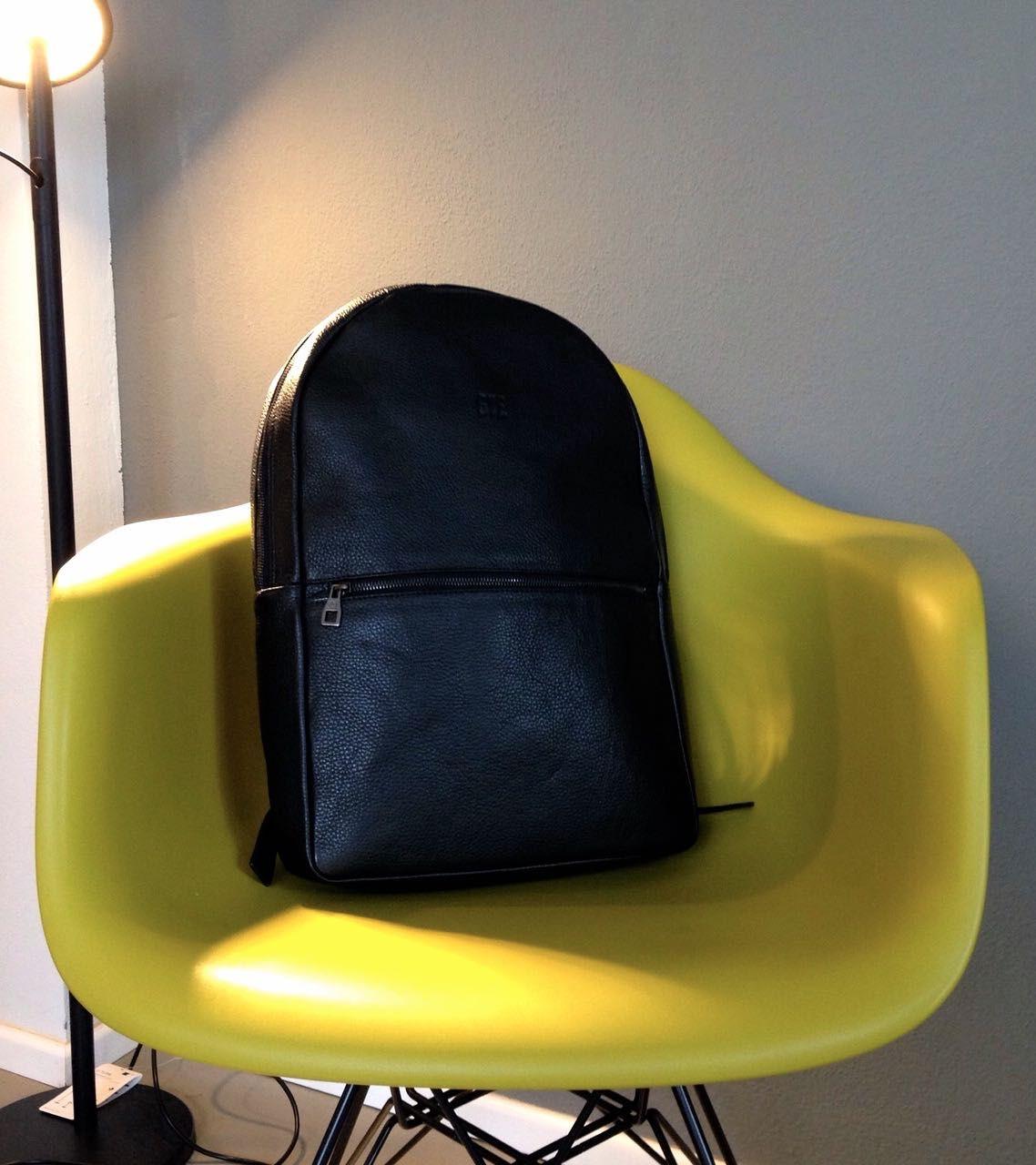 Souve Backpack aus Kalbsleder in schwarz bei BENS München im Store.  #bensstore #souve #munich #shopping #living #lifestyle