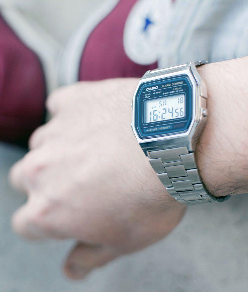 """Je porte à nouveau une #montre. Pas n'importe quelle montre car vous la connaissez déjà : la montre numérique #Casio, modèle #A158W. Pour ceux qui sont nés dans les années 1980 et 1990, elle vous rappellera des souvenirs ;)  Ce modèle-ci est la Casio A158W, avec son bracelet en acier inoxydable, ses boutons qui font """"bip"""", son chronomètre, son affichage numérique et sa légèreté.  Tombée en désuétude dans les années 2000, la Casio Original peut-elle revenir en grâce sur vos poignets ?"""