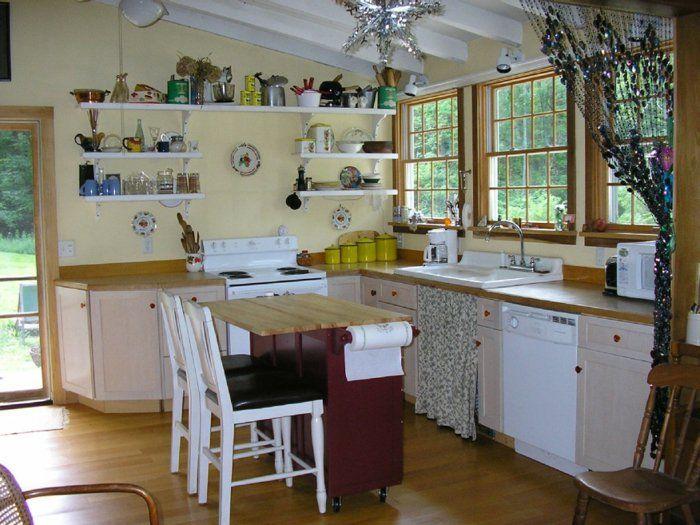 Kleine Küchen Einrichten Kleiner Küchentisch Offene Regale Hellgelbe  Wandfarbe