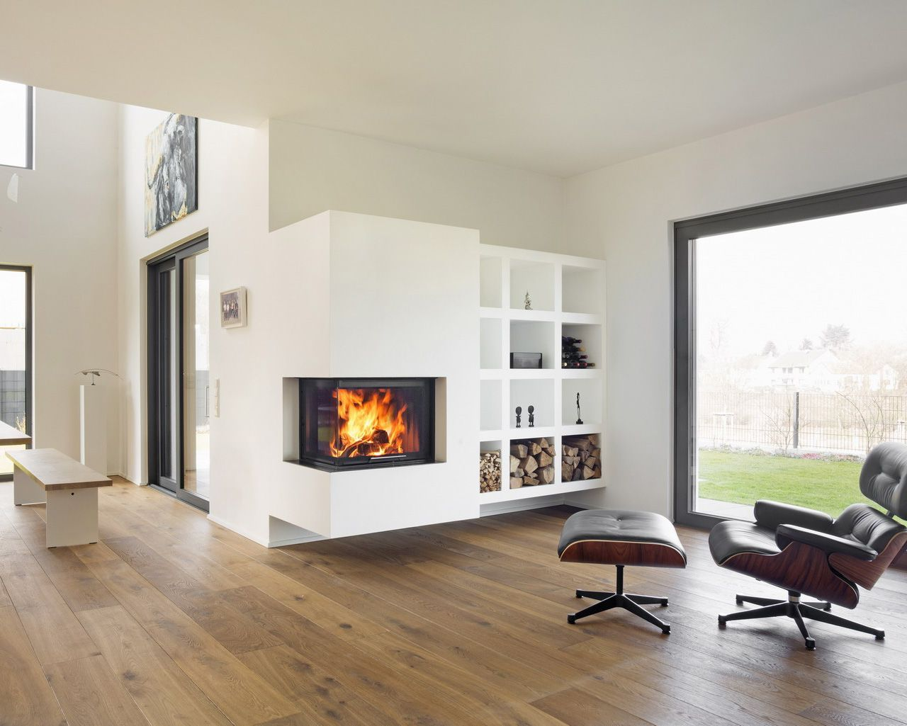 haengender frei auskragender 2 seiger kamin mit angrenzendem regal der heizeinsatz ist der. Black Bedroom Furniture Sets. Home Design Ideas