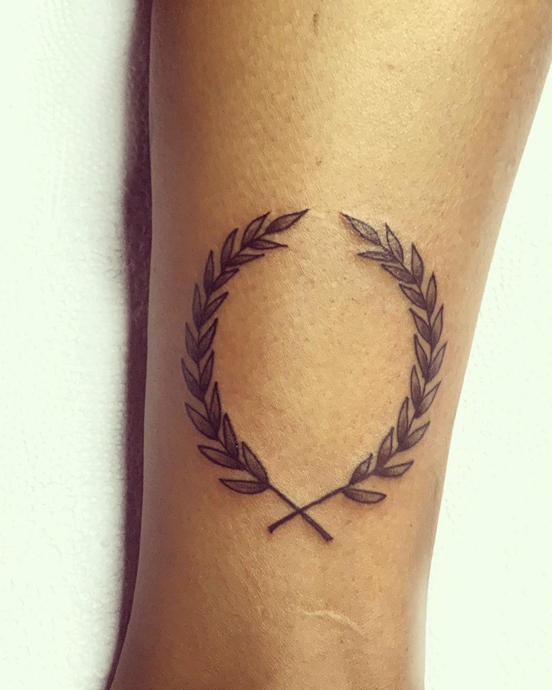 "Marián on Instagram: ""#tattoo #coronalaureltattoo #tattooart #tattooink #tattoolife #tattoogranada #tatuadora"""
