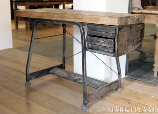 Industrieel bureau van hout met stalen lades vintage bureau