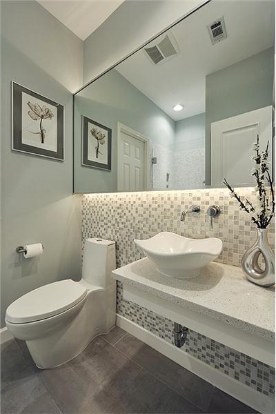 Me gusta la idea de la iluminación abajo del espejo    www - decoracion baos pequeos