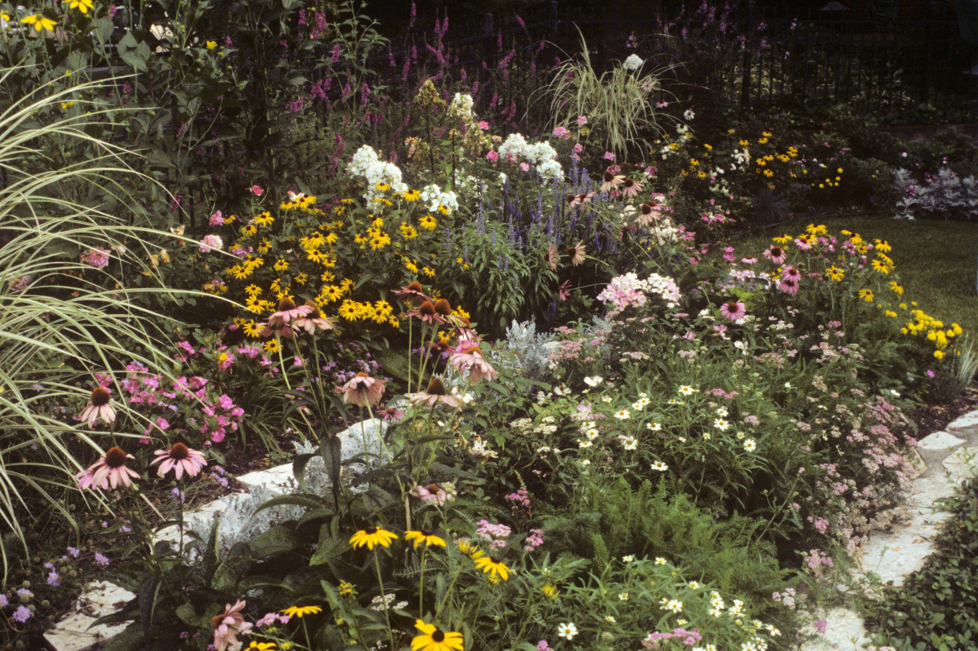 Gardens designed by Linda Wiggen Kraft. Creveling Gardens, St. Louis ...
