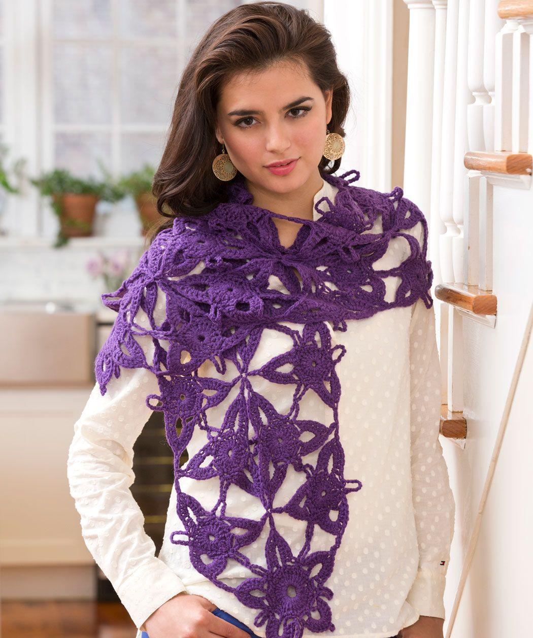 Dieser schöne Spitzen-Schal ergibt sich durch Aneinanderreihung des ...