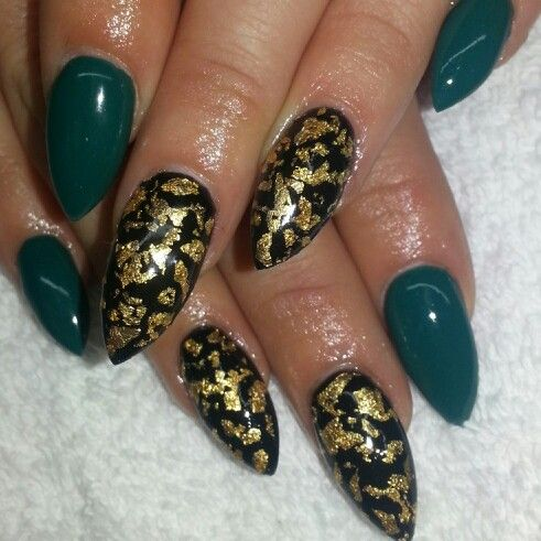 Acrylic stiletto nails with black and opi gel opi Brazil's amazonamazoff shellac nails with golf leaf foil. Instagram: @boop711