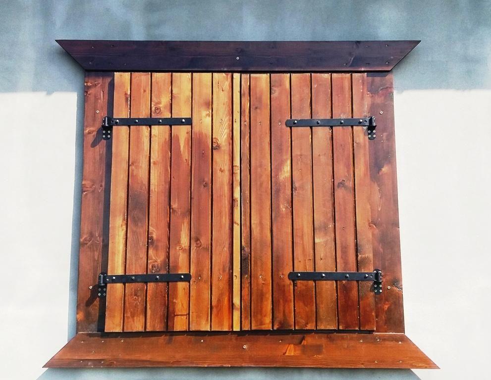 Obloane Lemn Rustic Obloane Garduri Pergole Foisoare Balustrade Ghivece Jardiniere Mobilier L Garage Door Styles Window Shutters Indoor Diy Shutters