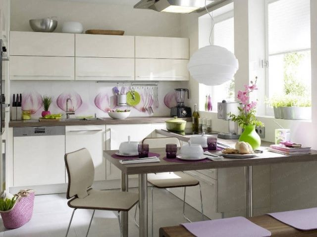 kueche essbereich weiße schränke glas spritzschutz fotomotiv - spritzschutz küche glas