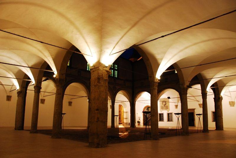 Non è difficile immaginare lo sfarzo e la vitalità culturale e politica che avvolgevano il Palazzo Ducale della famiglia da Varano di Camerino