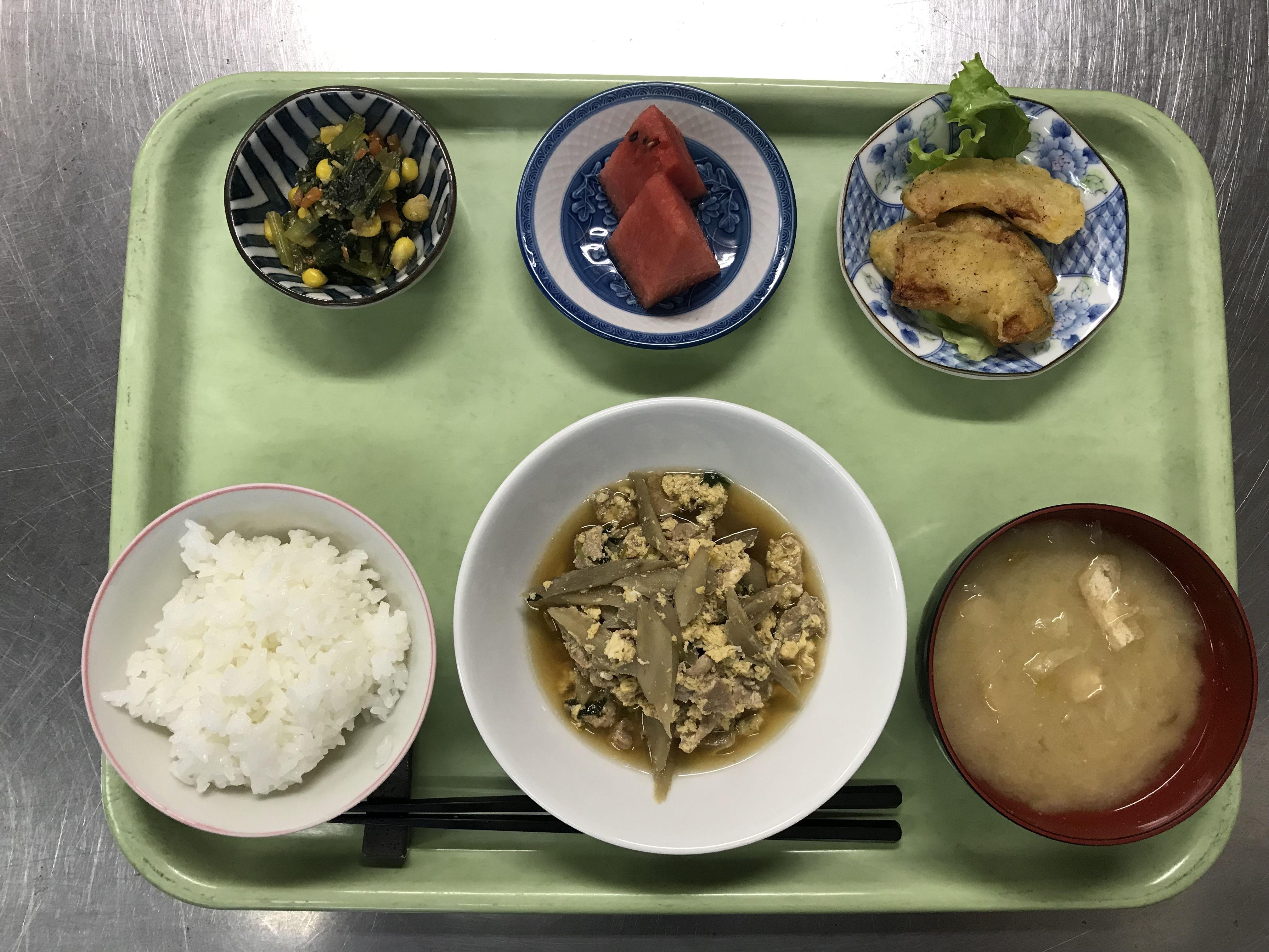豚肉の柳川風煮、かぼちゃの天ぷら、青菜とコーンの胡麻和え、キャベツの味噌汁、スイカでした!青菜とコーンの胡麻和えが特に美味しかったです!639カロリーです