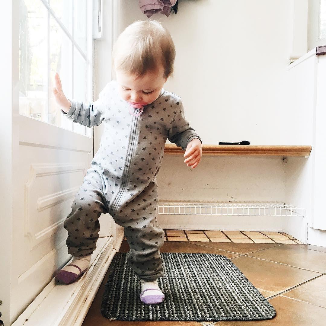 La lumière de la neige  #melodiepetitesouris #19mois #etremaman #jelaimetellement #babystyle #babylife #momlife #bebefille #littleandbrave #honestmotherhood