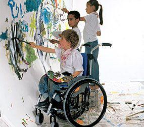 Ni o en silla de ruedas pintando silla de ruedas infantiles pinterest sillas de ruedas - Silla de ruedas ninos ...