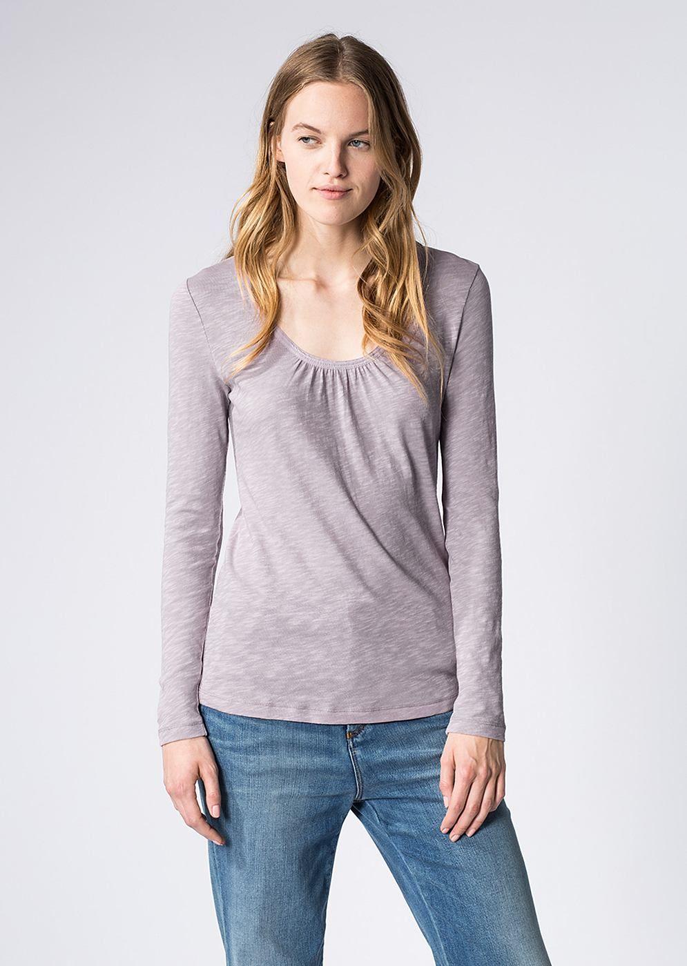 Mit feiner Strukturierung und hoher Elastizität begeistert das feminine Langarm-Shirt aus weichem Slub Yarn Jersey. Das Baumwoll-Shirt setzt mit seinem tiefen und leicht gerundeten V-Ausschnitt und den dezenten Raffungen gekonnt Akzente. Aus 100% Baumwolle....