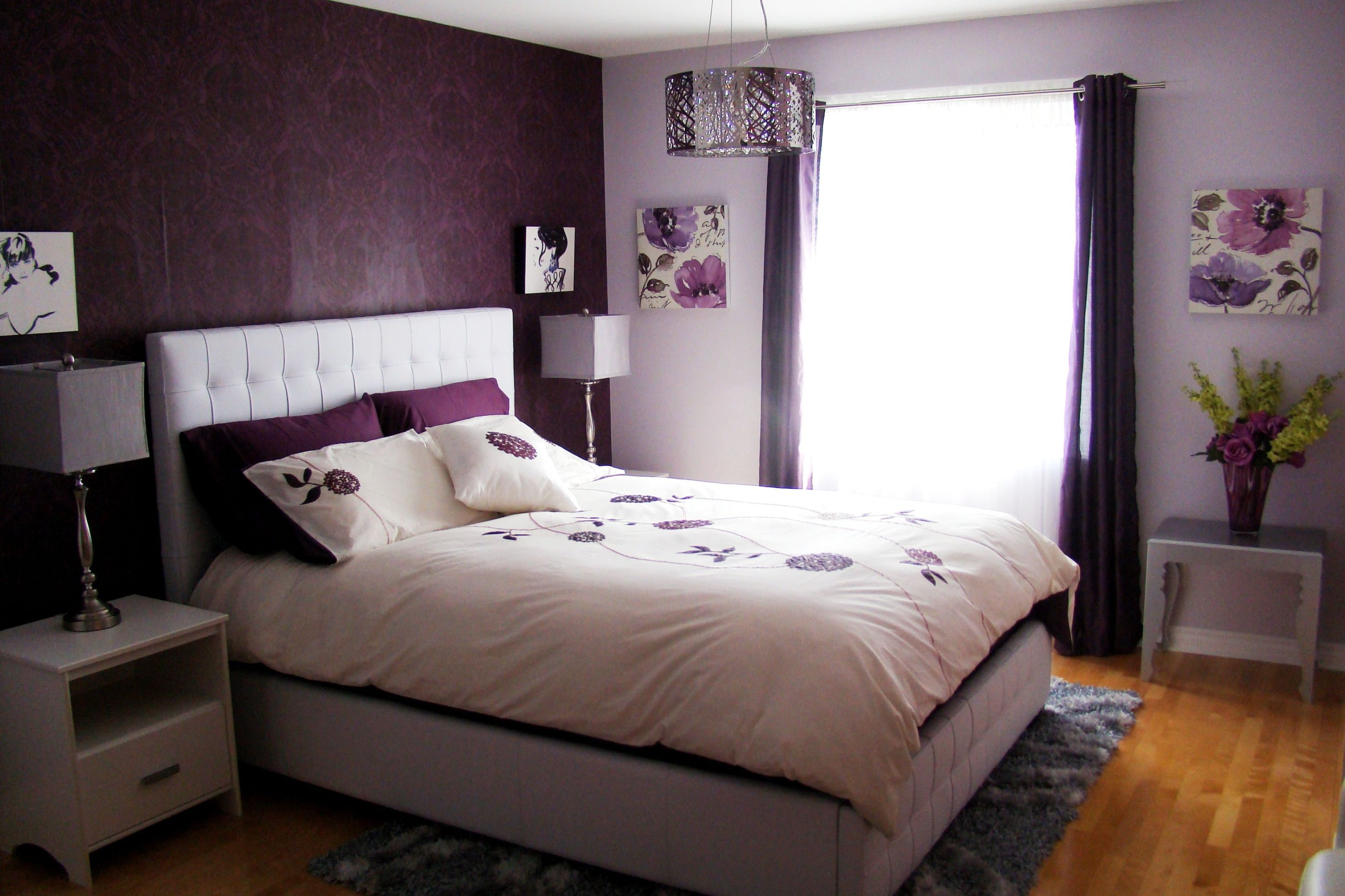 Captivating Small Bedroom Ideas With Purple Wallpaper And Grey Rectangular Rugs Under W Lila Schlafzimmer Schlafzimmer Design Schlafzimmer Ideen Für Frauen