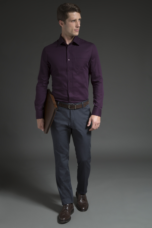 Camisa uva – um dos tons da estação, calça chino listrada de alfaiataria e acessórios em marrom para equilibrar a produção. Ótima opção para dar um ponto de luz ao look invernal.