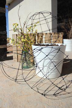 Gartendeko selber machen: DIY Gartenkugeln | Basteln mit draht ...