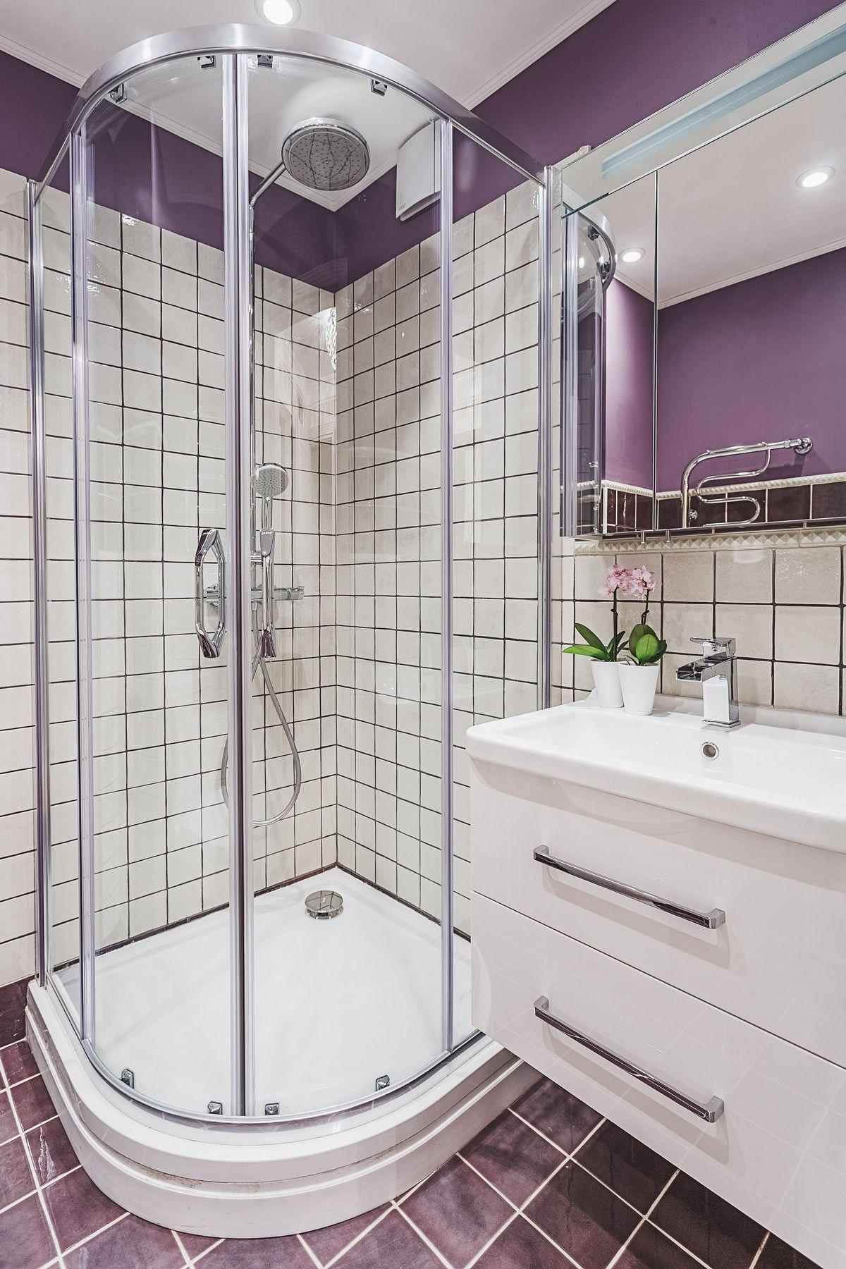 идея для маленькой ванной комнаты угловая душевая кабина ванная