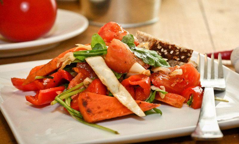 Leckerer lauwarmer Sommersalat - perfekt als leichtes Abendessen