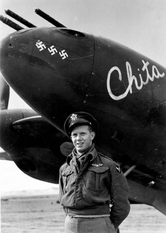Pilot William W. Wittliff of the 97th Fighter Squadron of the 82nd Fighter Group, 15th Air Army and hois P-38 'Lightning' (Lockheed P-38H Lightning) 'Chita'.