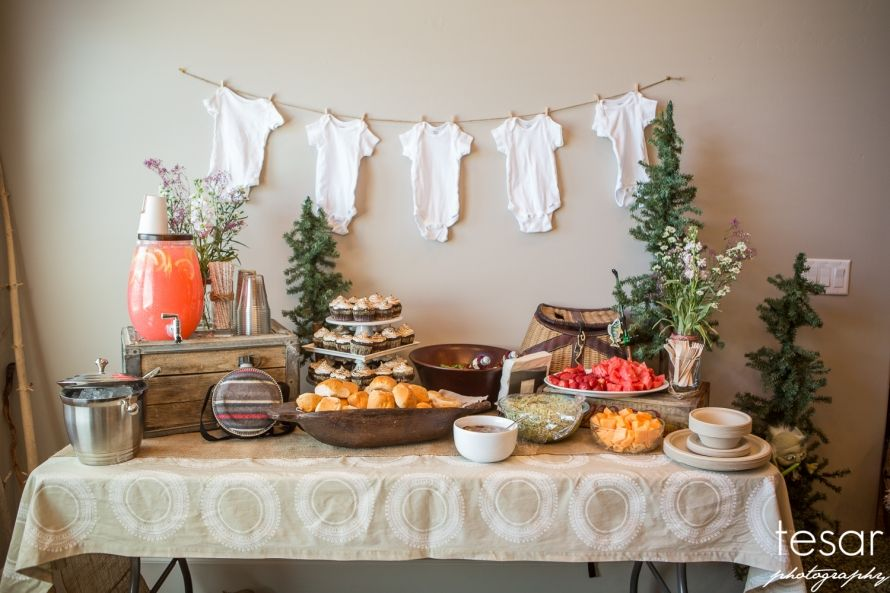 Decor Simple And Gender Neutral The Onesies Are A Good Backdrop And Don T Indicate Boy Or Girl Baby Shower Fall Baby Shower Brunch Baby Shower Winter