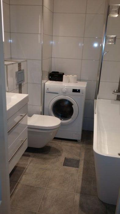 lite bad med badekar Lite #baderom med #badekar og store #fliser. | Bad og våtrom  lite bad med badekar