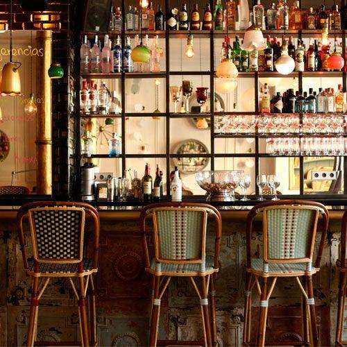 La atmósfera del renovado Café Kafka está a medio camino entre un café literario, un bistró parisino y un hogar excéntrico. Vale la pena conocerlo. C/ Fusina, 7. Barcelona.    CAFÉ KAFKA