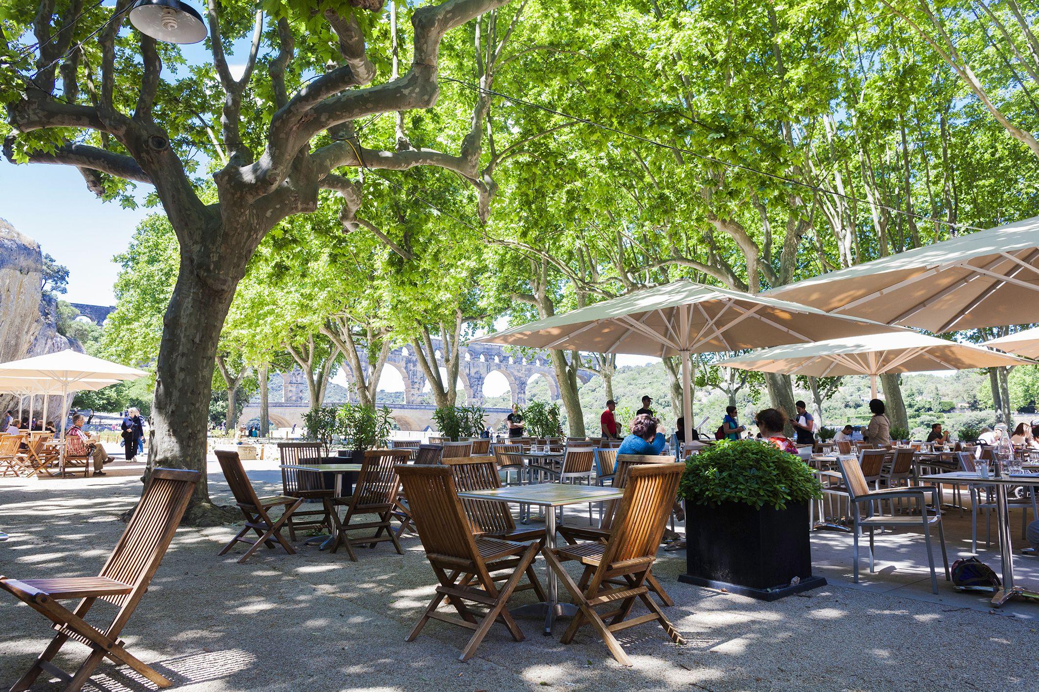 Le Restaurant Les Terrasses Du Pont Du Gard Propose Une Cuisine Savoureuse Inspiree Des Tendances Mediterraneennes Photo A Outdoor Decor Patio Restaurant