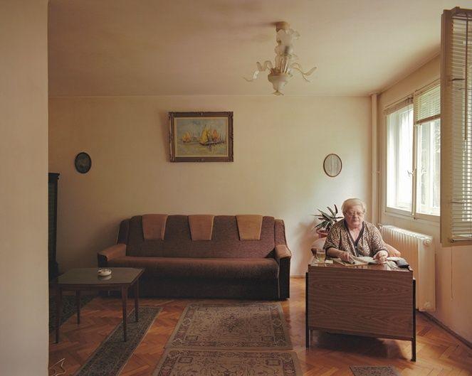 Im ersten Stock des Plattenbaus lebt diese Dame. Vor zehn Jahren hat sie die Einzimmerwohnung gekauft. Doch ihre nüchterne Einrichtung verrät nicht, welchem außergewöhnlichen Job die jetzige Rentnerin einmal nachging. Dabei dürften die meisten Rumänen ihre Werke in ihren Portemonnaies getragen haben: Die Dame war Banknotendesignerin.