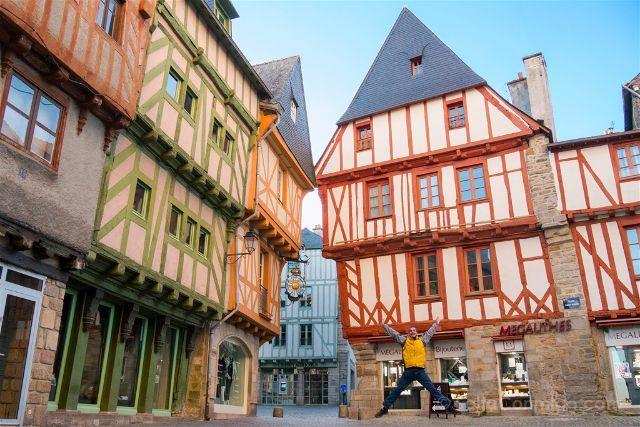 Hacía tiempo que queríamos hacer un ruta en coche por la Bretaña francesa. Además, visitar Mont Saint-Michel, que a pesar de estar en Normandía está muy cerca, era uno de nuestros muchos sueños viajeros. Así que juntamos los dos deseos y nos fuimos, una vez más, a Francia, una de