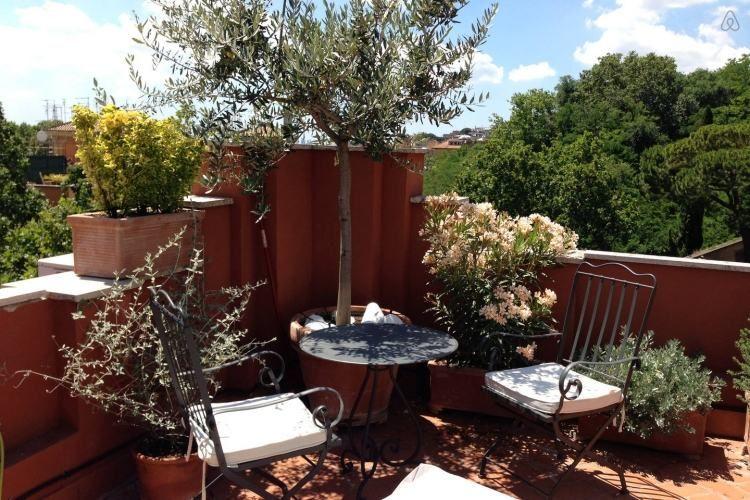 Ein Großer Olivenbaum Dient Als Sicht- Und Schattenschutz ... Terrasse Gestalten Olivenbaum