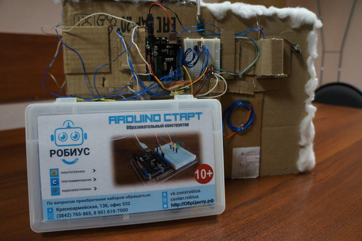 """Группа """"Робототехника Arduino"""", дети 12-17 лет. К новому году собрали новогоднюю инсталляцию с каруселью и горящей луной - солнцем. В данной конструкции творчество ребят преобладало над технической сложностью. Зато получилось очень красиво и технически исправно!"""