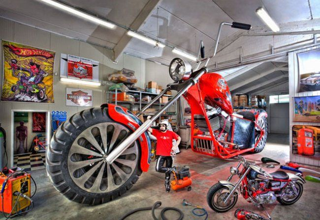 The biggest moving motorcycle in the world. The motorcycle reaches of 10.03 meters in length and 5.1 meters in height.