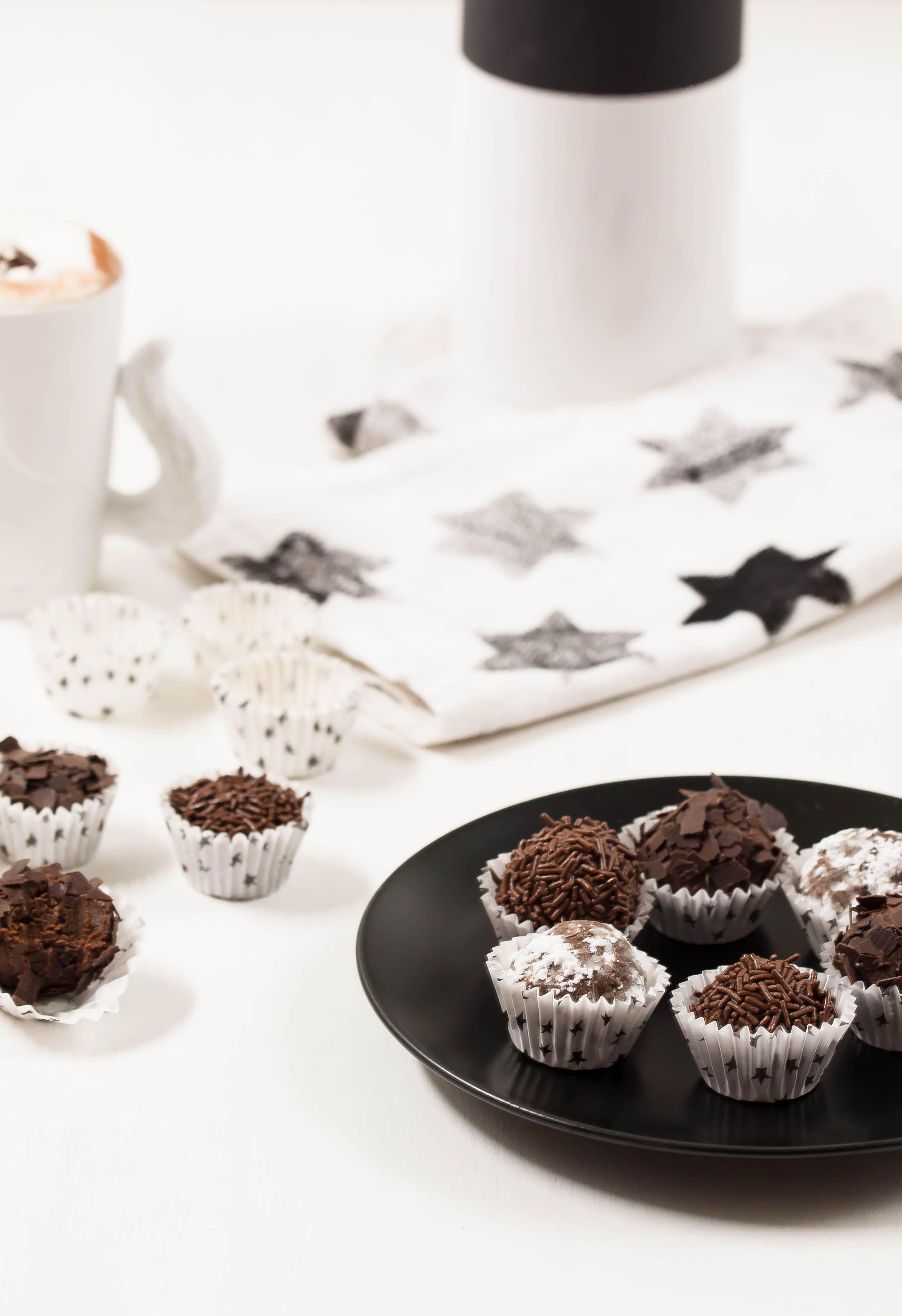 Selbstgemachte Rumkugeln mit heißer Schokolade | Kreavida - Süße ...