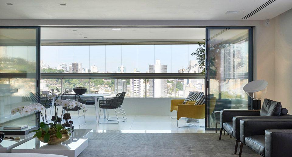 No projeto de Ângela Roldão, portas deslizantes Dolomiti Frame, uma solução de divisória translúcida, que valorizou a bela vista do apartamento. Foto: Jomar Bragança
