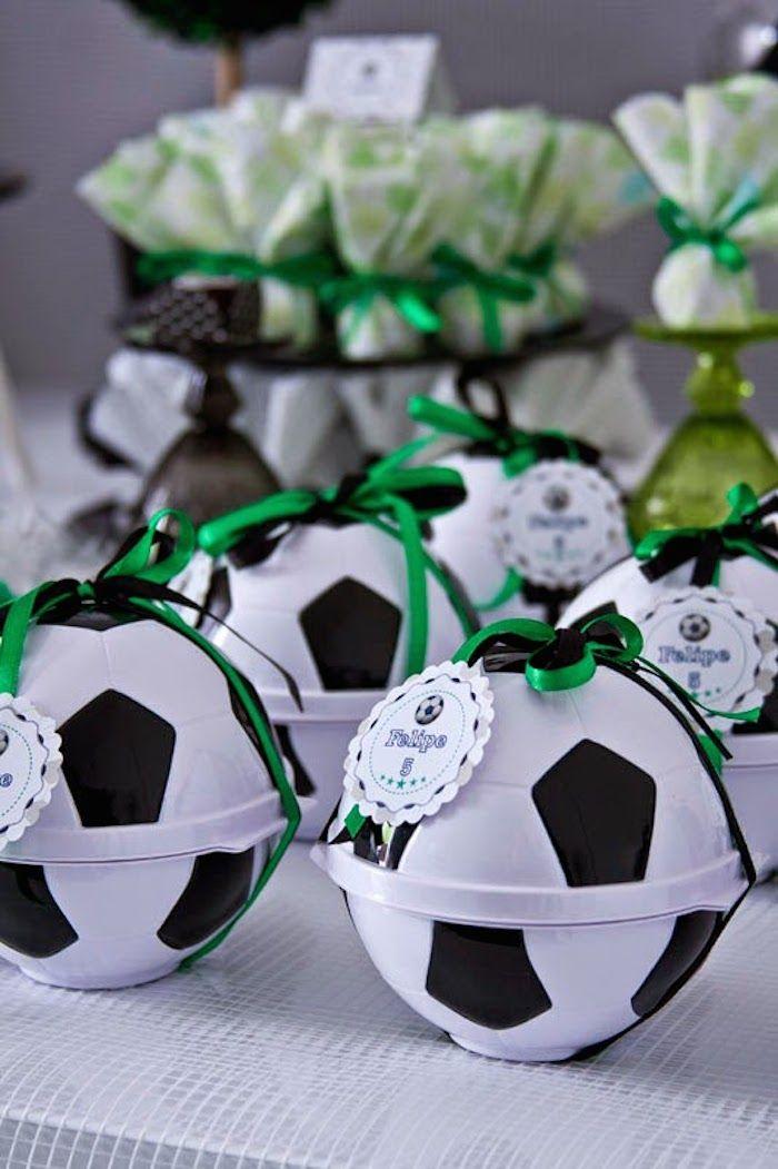 6064e10b2 Pote porta-mix bola para lembrancinha de festa infantil com o tema futebol.