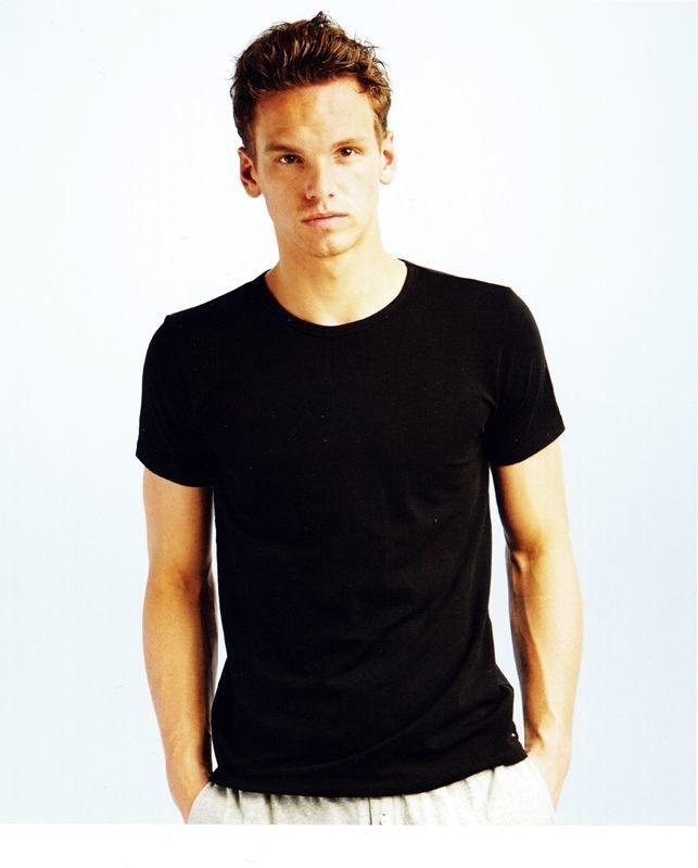 3c188740ac970 Nueva camiseta Premium Essential Tommy en negro por 14.95€. Camiseta lisa  interior ligeramente ajustada gracias a la elasticidad del elastan.