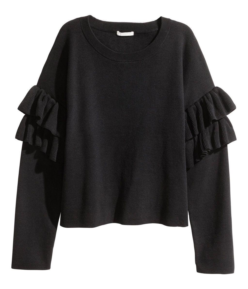 En finstickad tröja i mjuk bomullsblandning. Tröjan har kraftigt nedhasad  axel och lång ärm med volanger. Vid passform. Ribbstickad kant runt 55a143d6d9b17