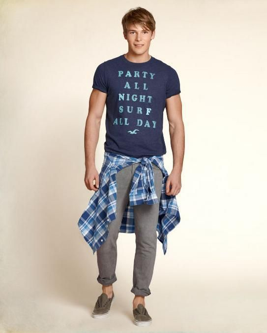 El estilo de Hollister es casual pero elegante. Pequeños toques como el dobladillo del pantalón o una camisa a cuadros hace que el hombre esté más atractivo.  #moda #Hollister #hombre #pantalones #doblados #camisa #cuadros